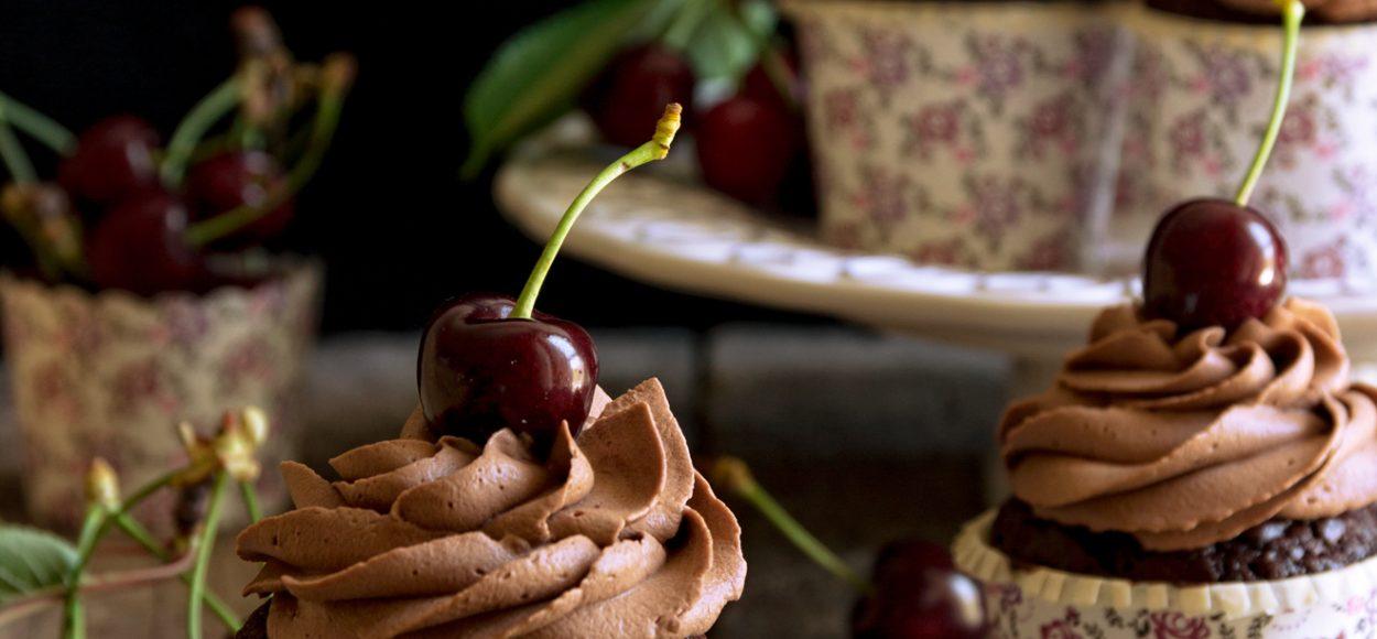 Cupcake alle ciliegie con ganache montata al cioccolato